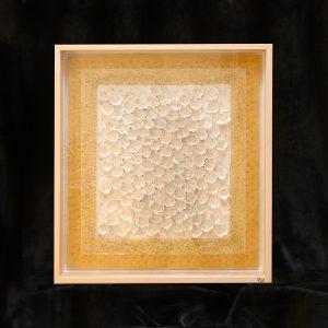 Reliefartig luftige, vielschichtige Materialcollage, Perlen, Naturmaterialien
