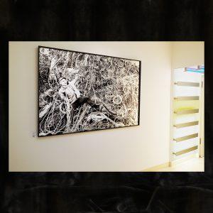 Schwarzweiß-Fotografie auf horizontal gebürster Aluminium-Platte, gefasst in schwarzem Holzrahmen