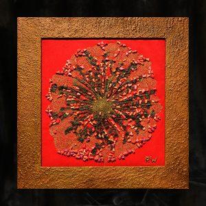 Allerfeinste Goldfaden-Arbeit in mehreren Ebenen angelegt in alter Knotenspitzentechnik, Seidengarne, gehäkeltes Messing, eisengrundierter Holzrahmen