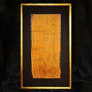 Goldfaden-Stickerei auf Rindenbast, Seidenpassepartout, Museumsglas